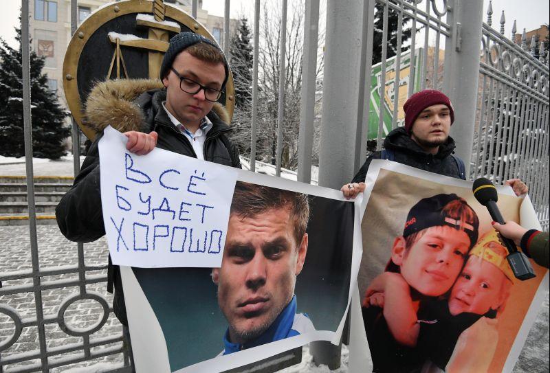 Молодые люди с плакатами у Мосгорсуда