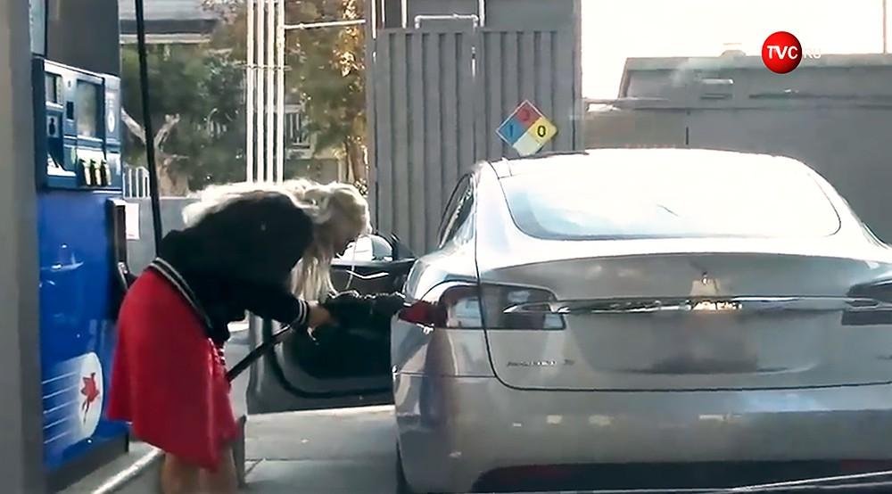 Девушка хочет заправить Tesla бензином на АЗС