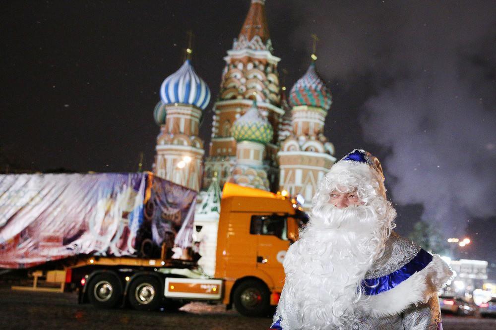 Доставка главной новогодней ёлки страны в Кремль
