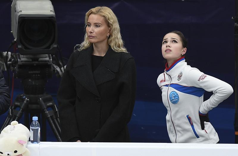 Алина Загитова (справа) и ее тренер Этери Тутберидзе