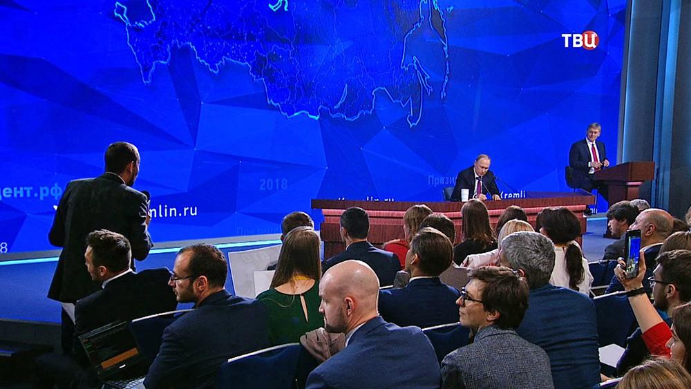 Журналист украинского инфорагентства Роман Цимбалюк задает вопрос Владимиру Путину на Большой пресс-конференция