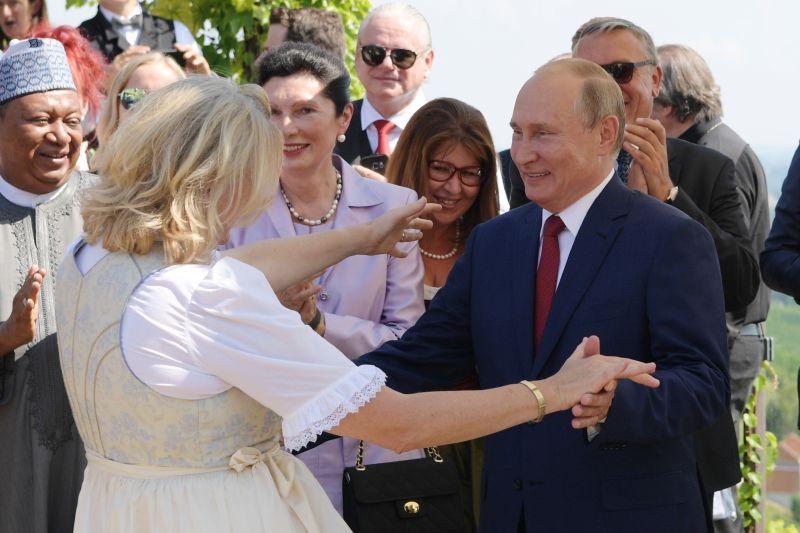 Владимир Путин на свадьбе главы МИД Австрии Карин Кнайсль