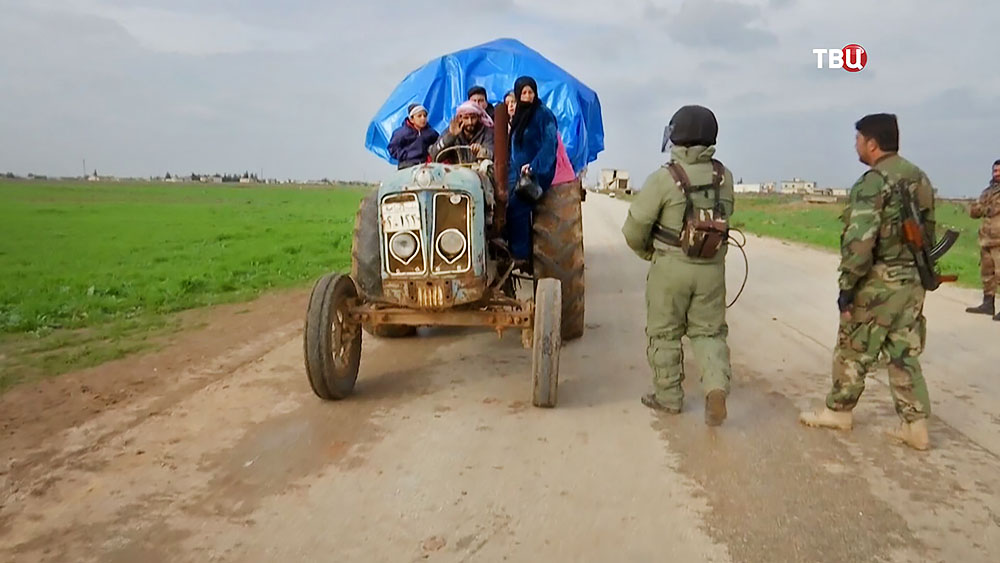 Военная полиция Сирии проверяет беженцев