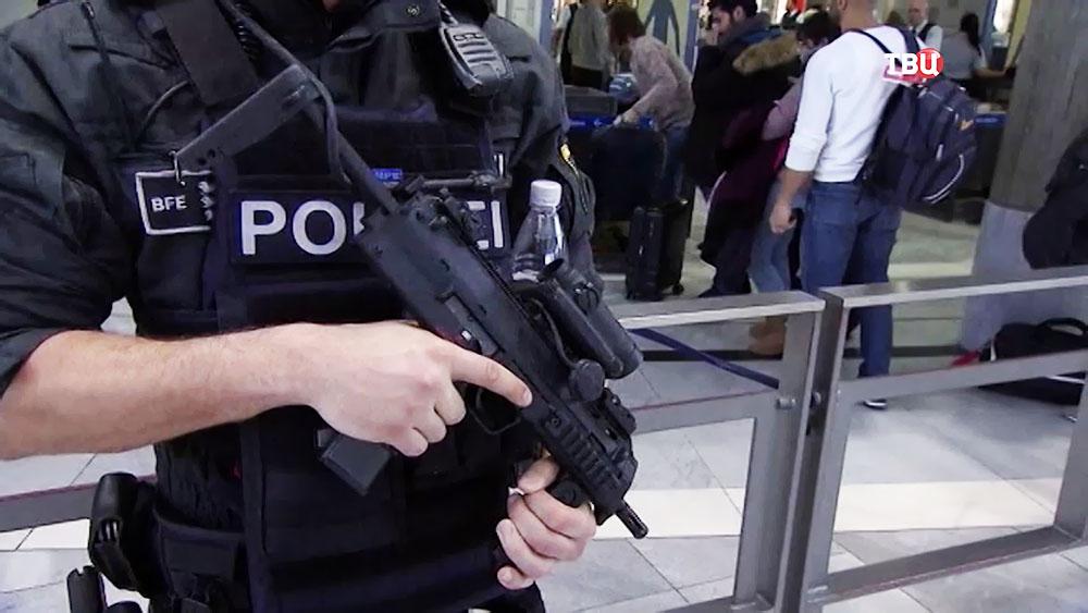 Полиция Великобритании в аэропорту