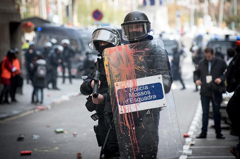 Полиция Испании во время беспорядков в Каталонии
