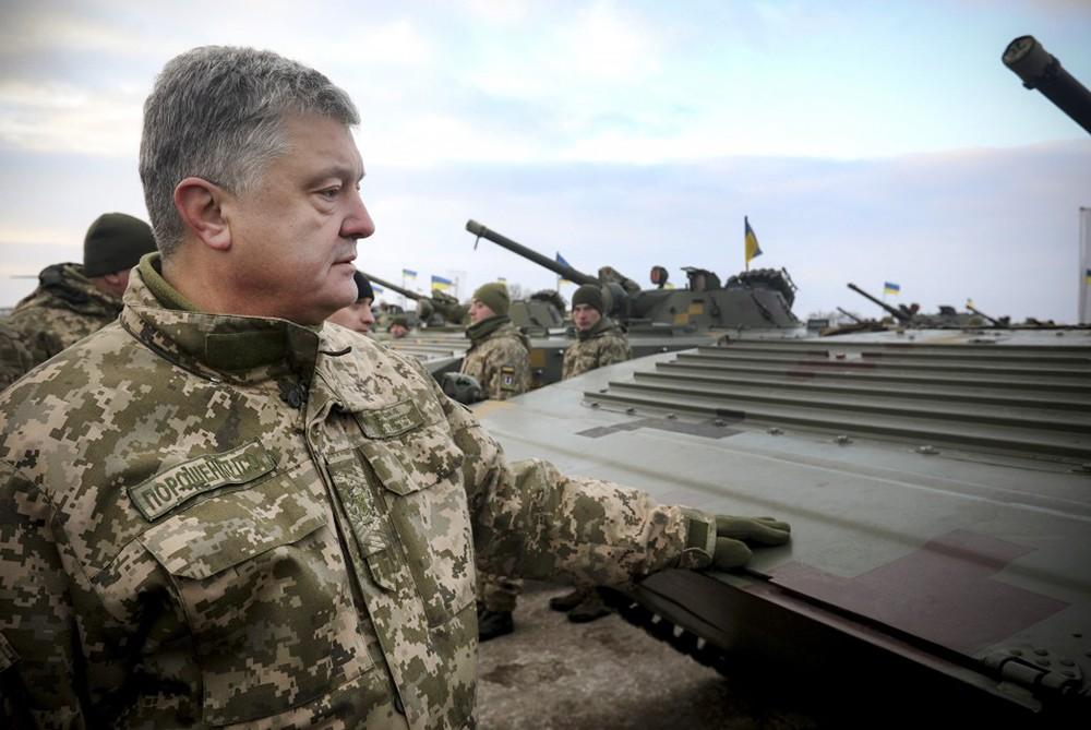 Пётр Порошенко осматривает военную технику
