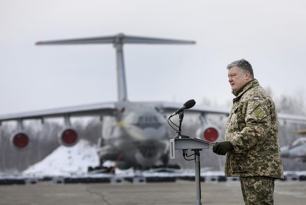Пётр Порошенко на авиабазе ВВС Украины