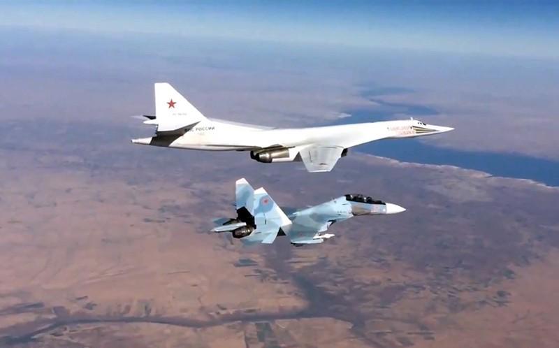 Сопровождение истребителем Су-30СМ бомбардировщика-ракетоносца Ту-160