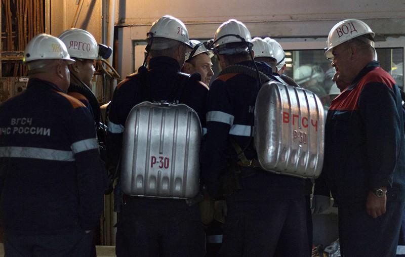 Сотрудники горноспасательной части во время эвакуации шахтеров