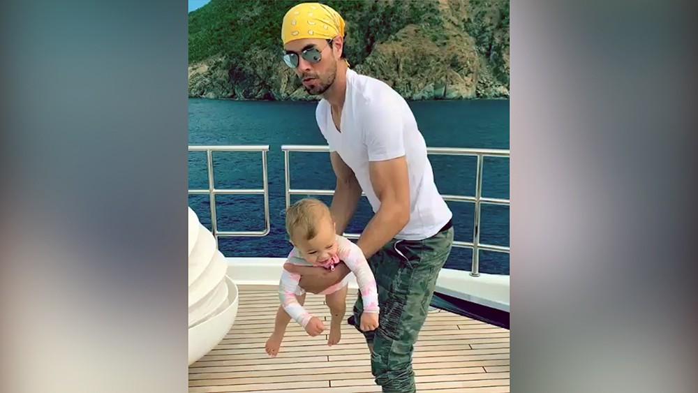 Иглесиас умилил видеозаписью с ребенком от Курниковой