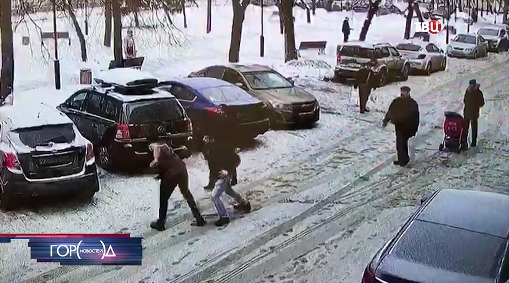 Драка грабителей с продавцами магазина в Москве