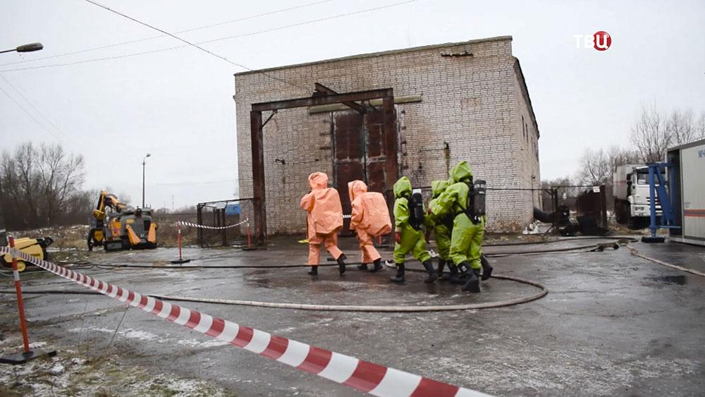 Спасатели МЧС в костюмах химзащиты