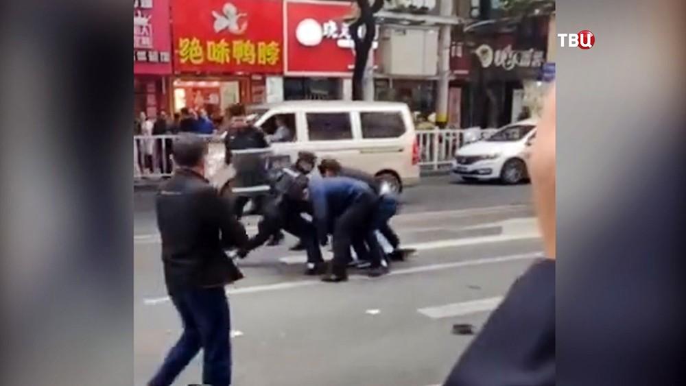Полиция Китая задеживает преступника