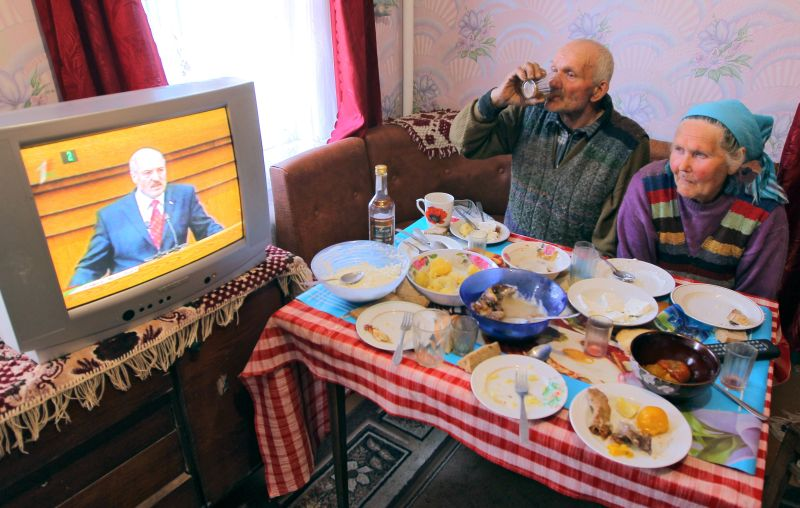 Жители Белоруссии смотрят послание Александра Лукашенко
