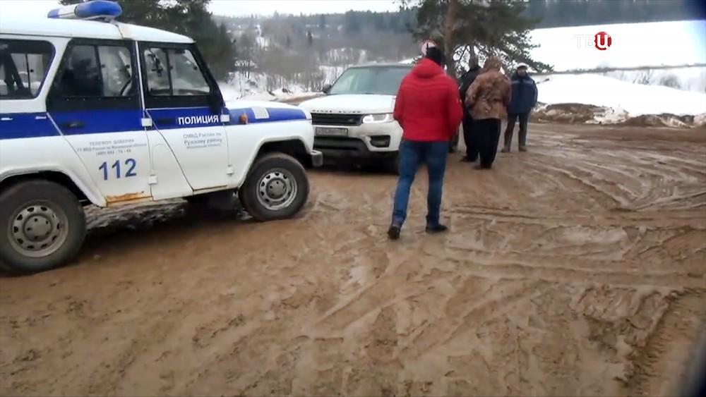 Полиция на месте добычи песка в незаконном карьере в Рузском район
