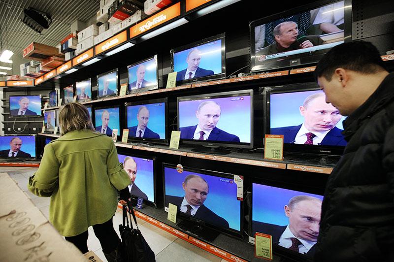 """Трансляция """"Пресс-конференции Владимира Путина"""" на экранах телевизоров"""