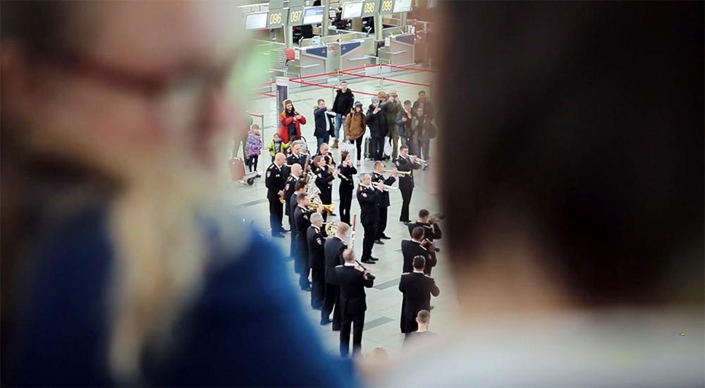 Оркестр МВД играет в аэропорту