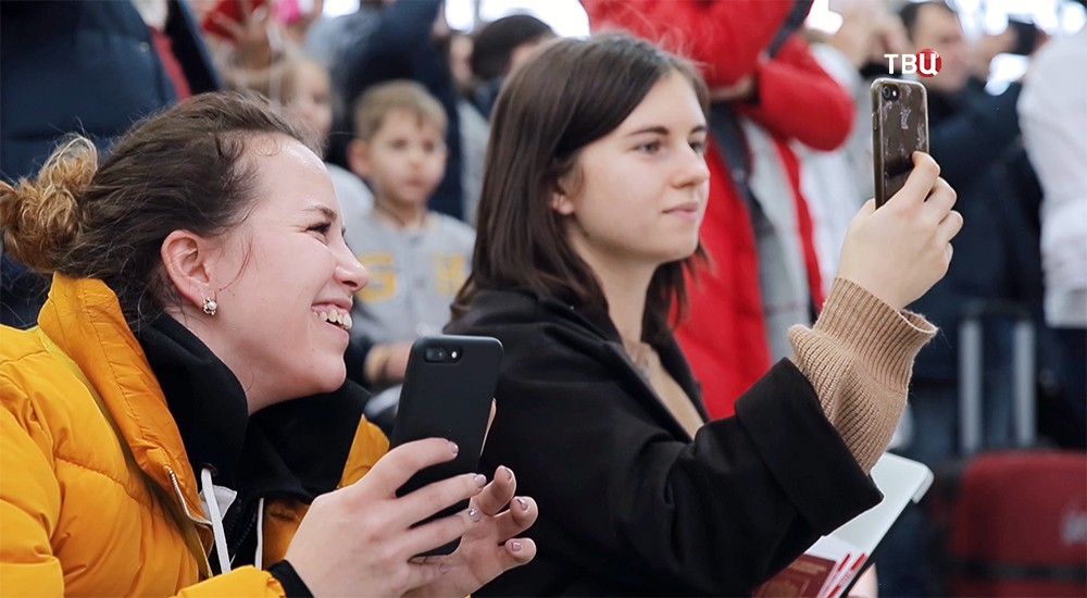 Зрители снимают на телефон