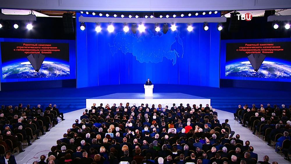"""Владимир Путин рассказывает о ракетном комплексе """"Авангард"""" во время ежегодного послания Федеральному Собранию"""