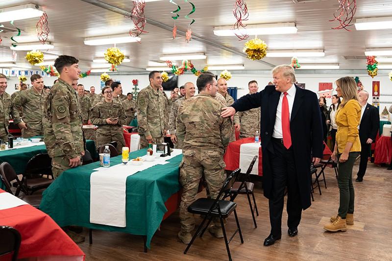 Дональд Трамп и Мелания Трамп во время посещения военной базы в Ираке