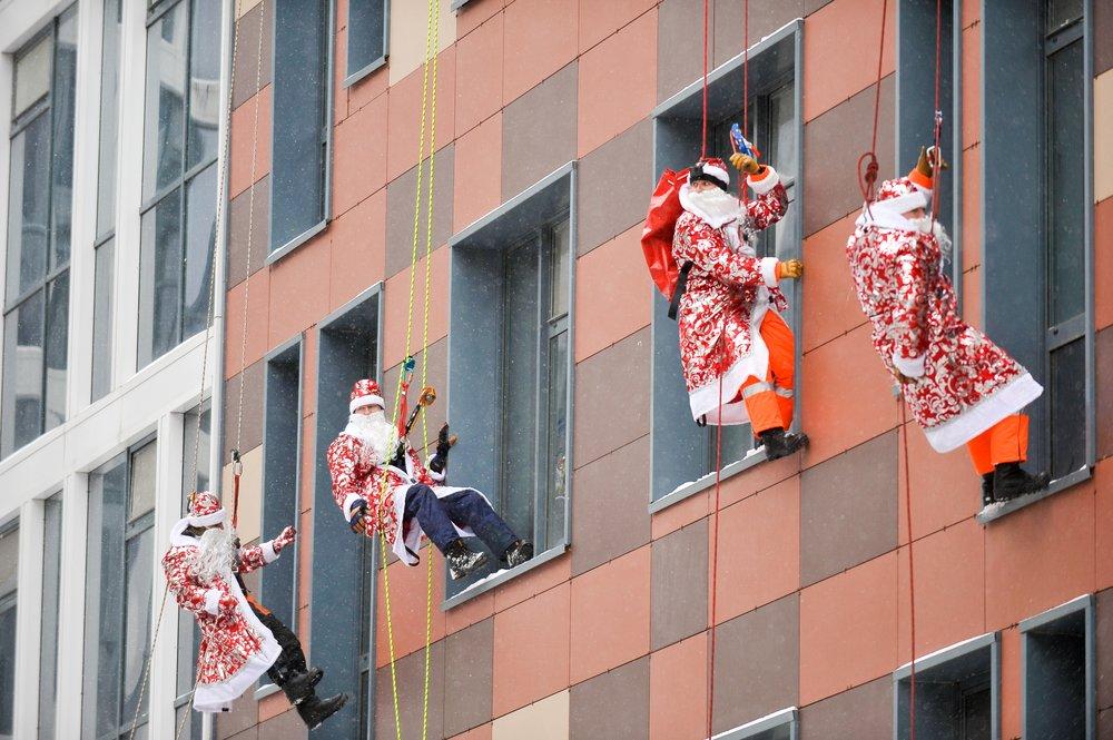 Акция московских пожарных и спасателей в образе Дедов Морозов и Снегурочек в Морозовской детской больнице
