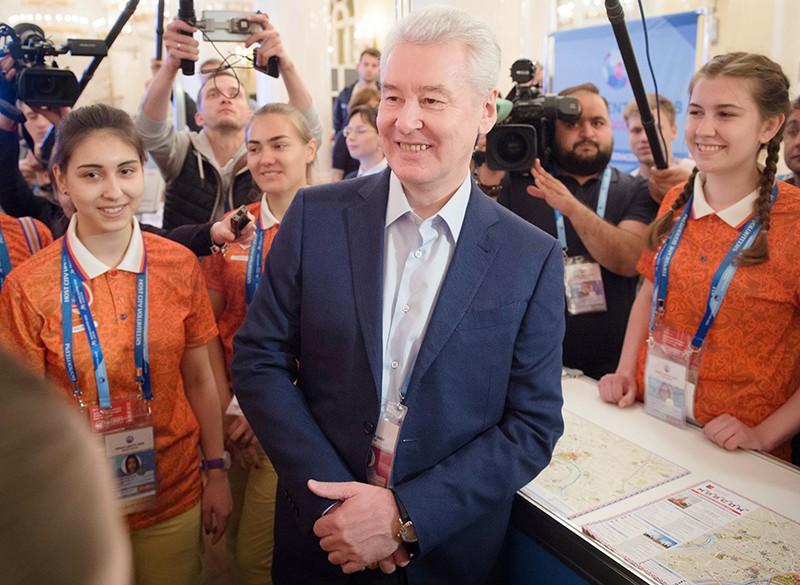 Сергей Собянин во время общения с волонтерами