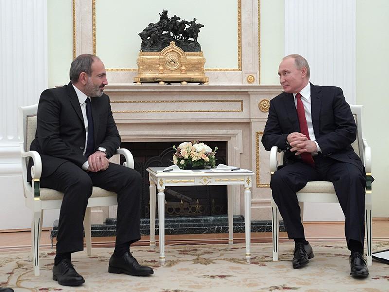 резидент России Владимир Путин и исполняющий обязанности премьер-министра Армении Никол Пашинян