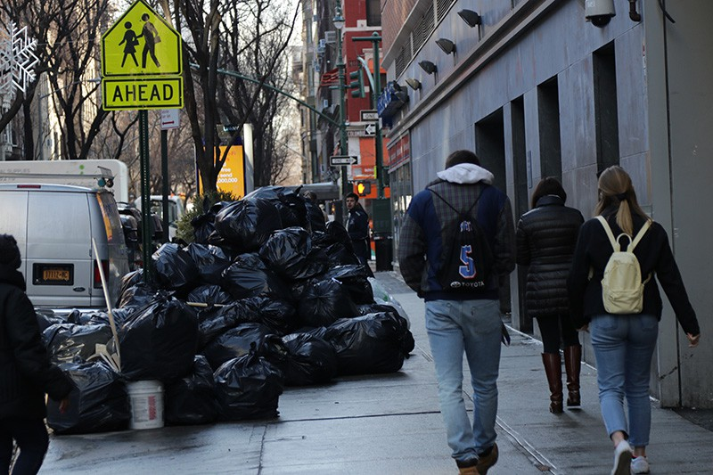 Прохожие на улице в Нью-Йорке