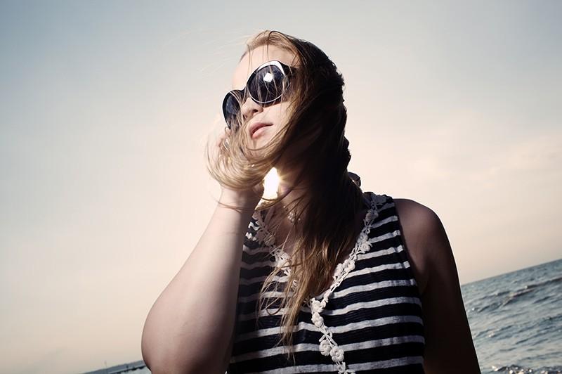Девушка говорит по телефону у моря
