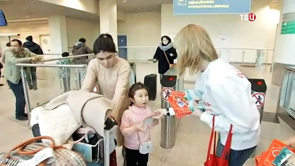 Новогодние открытки выдают прилетевшим туристам