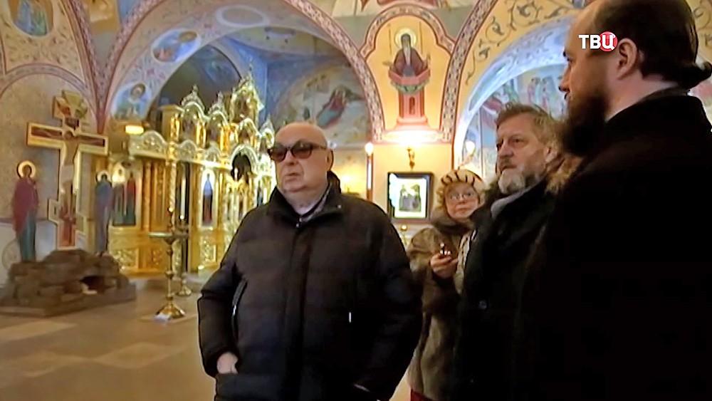 Владимир Ресин осматривает храм