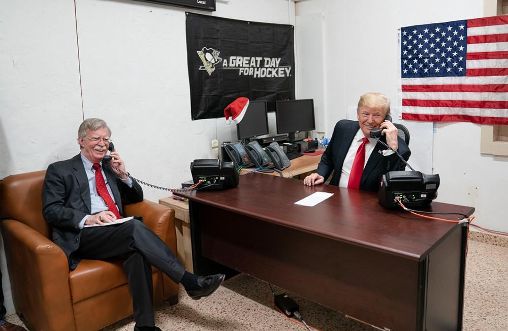 Дональд Трамп и Джон Болтон разговаривают по телефону
