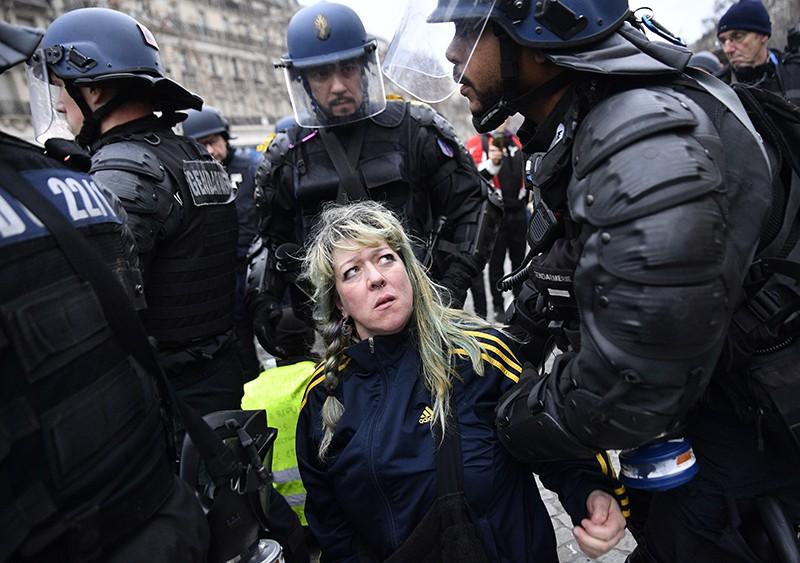 """Полиция Франции задерживает участницу протестной акции """"желтых жилетов"""" в Париже"""