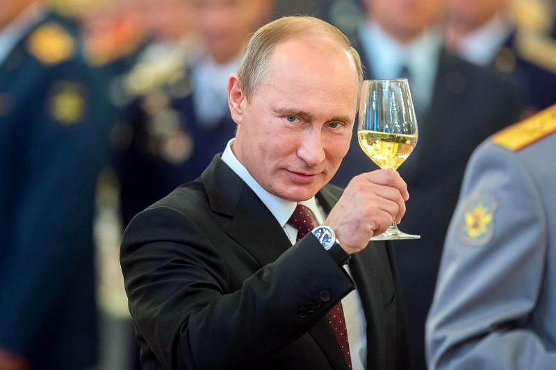 Владимир Путин с бокалом шампанского