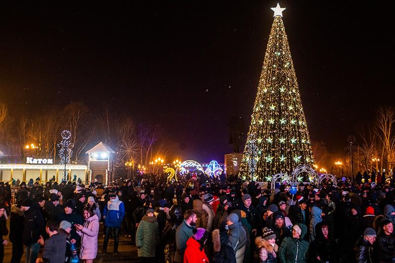 Местные жители на праздновании Нового года на площади Ленина в Южно-Сахалинске