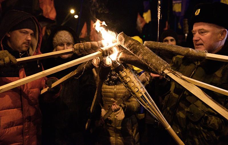 Участники факельного шествия националистов на Украине