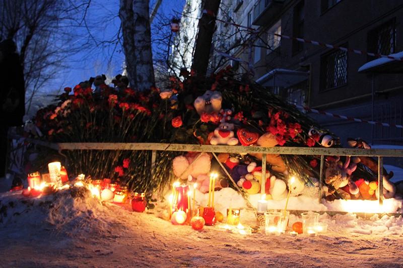 Цветы, свечи и игрушки неподалеку от места обрушения жилого дома в Магнитогорске
