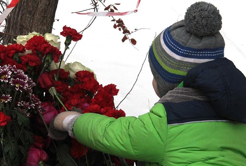 Стихийный мемориал неподалеку от места обрушения жилого дома в Магнитогорске