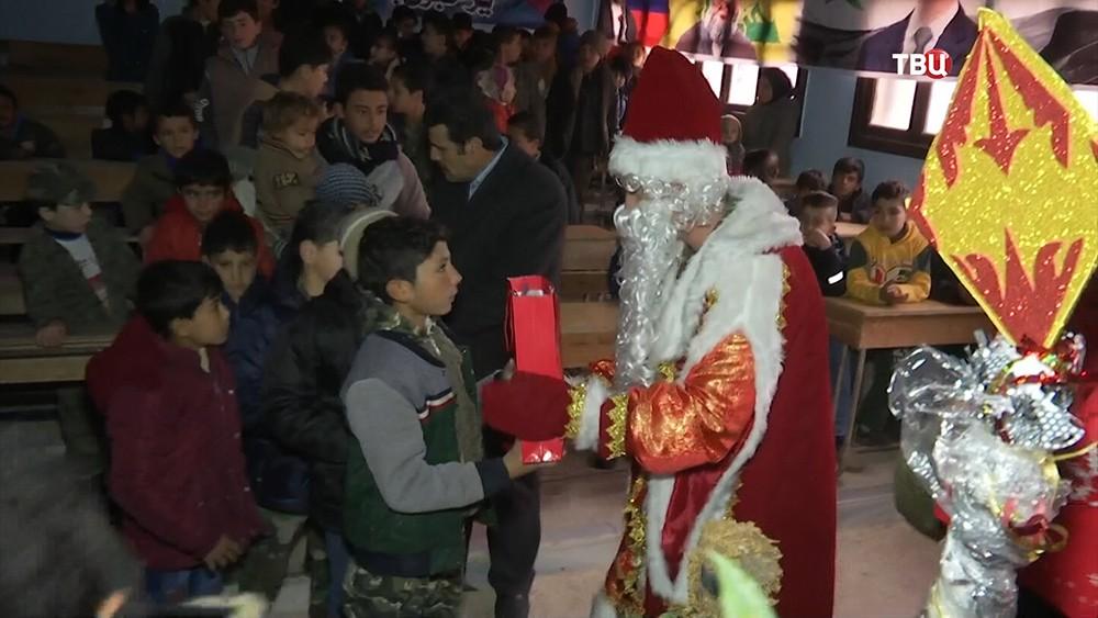 Российские военные привезли сирийцам новогодние продуктовые наборы