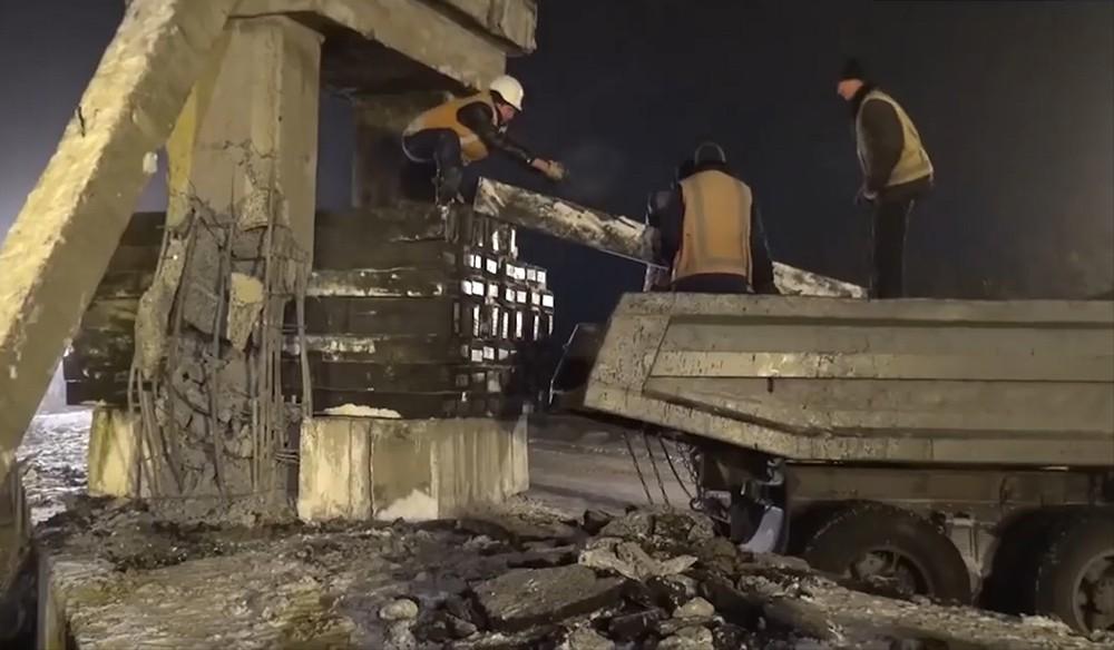 Восстановление моста в Донецке после подрыва
