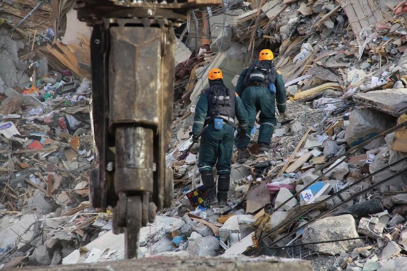 Сотрудники МЧС России на месте обрушения одного из подъездов жилого дома в Магнитогорске