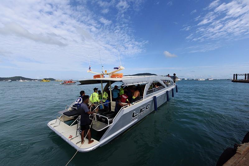 Туристы на катере в Таиланде