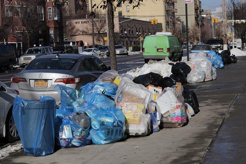 Мусор на одной из улиц Нью-Йорка