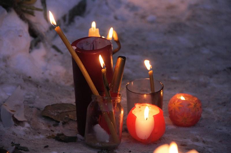 Свечи неподалеку от места обрушения одного из подъездов жилого дома в Магнитогорске