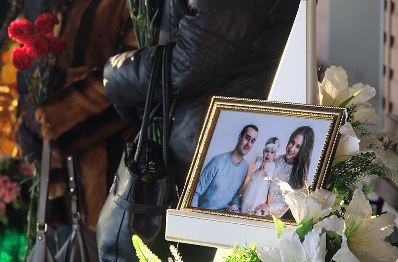 Фотография с изображением Игоря, Миланы и Анастасии Крамаренко, погибших при обрушении подъезда жилого дома в Магнитогорске