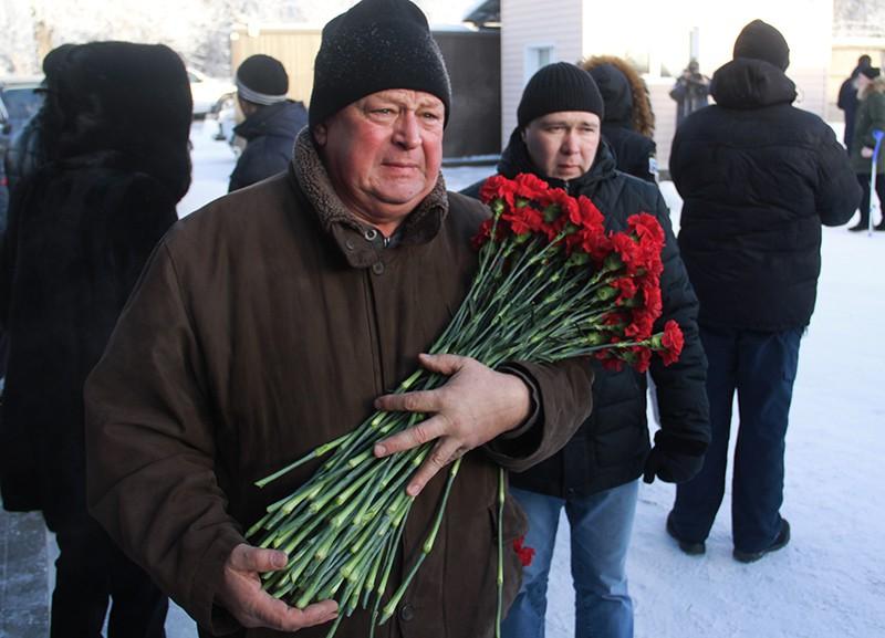 Мужчина с цветами перед началом похорон погибших при обрушении подъезда жилого дома в Магнитогорске