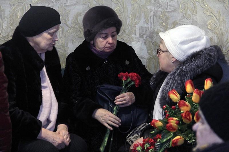Родственники на церемонии прощания с погибшими при обрушении подъезда жилого дома в Магнитогорске