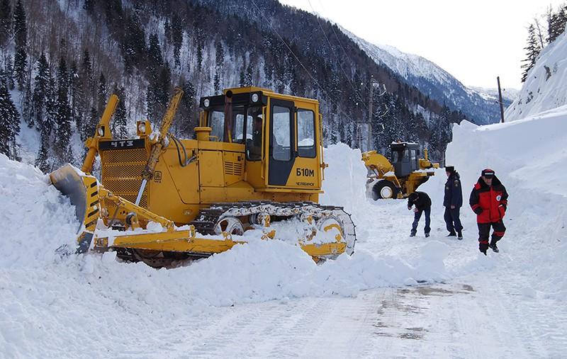 Тяжелая техника расчищает снежные завалы