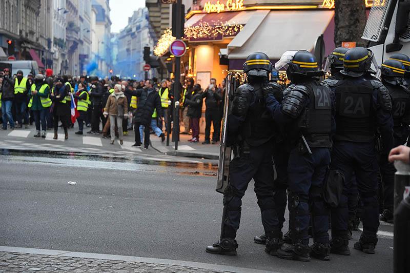 """Акция протеста """"жёлтых жилетов"""" в Париже"""