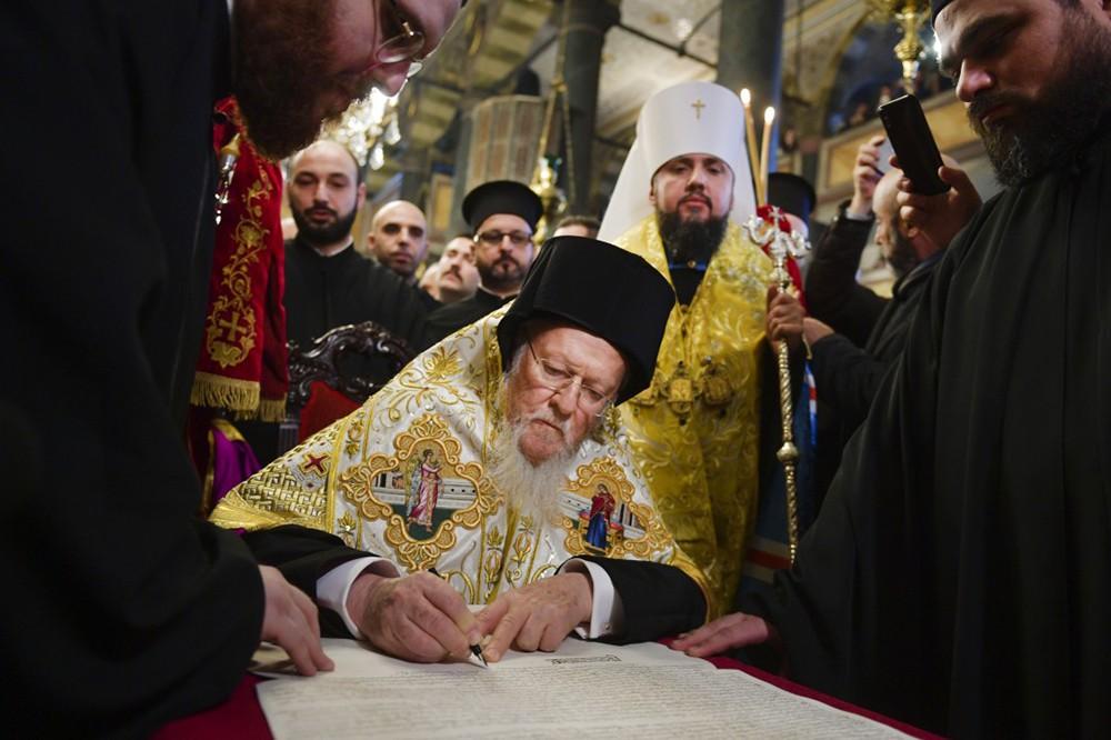 Момент подписания патриархом Варфоломеем I томоса об автокефалии православной церкви Украины